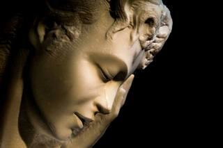 Elias Naman un giovane scultore dalla tecnica antica.